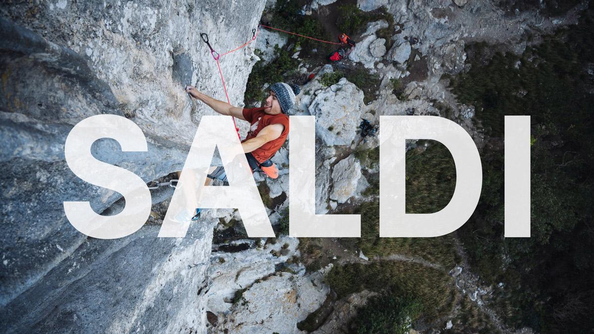 Ragazzo che scala una parete rocciosa