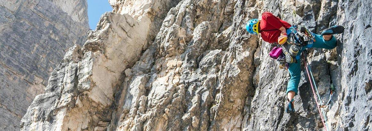 Persona che si arrampica su una parete rocciosa