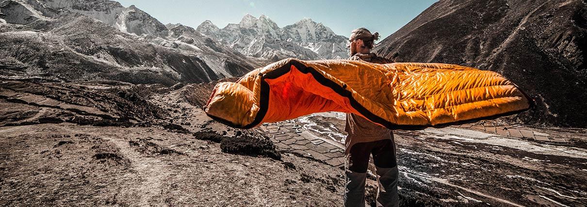 Ragazzo che apre un saccoletto in montagna