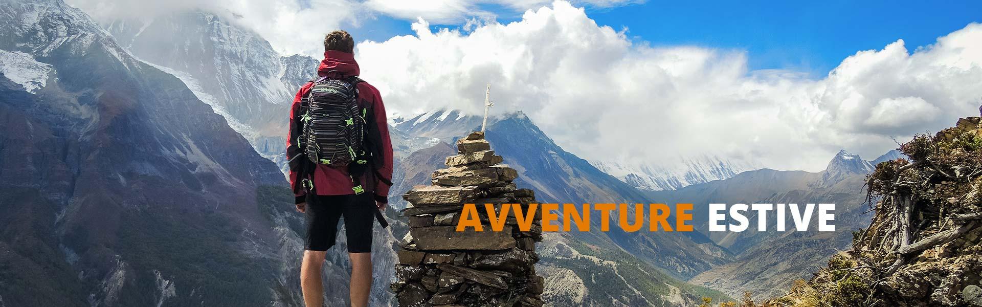 Ragazzo che ammira le montagne da una vetta con scritta avventure estive