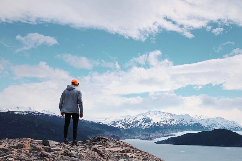 Persona che guarda l'orizzonte