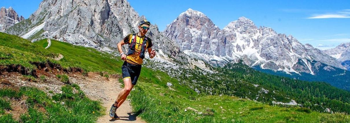 Persona che corre lungo un sentiero di montagna