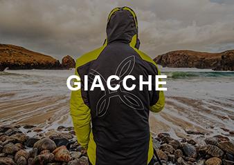 Persona con giacca montura che guarda il mare