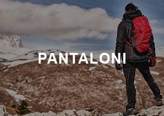 Persona che passeggia in montagna