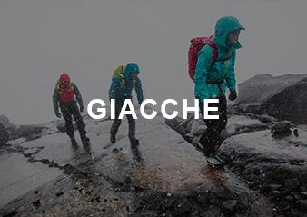 Tre persone che salgono una montagna mentre piove